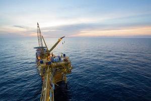 stor kran installerar plattformen i offshore foto