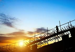 byggnadsarbetare på byggnadsställningar foto