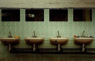 en övergiven industriell interiör med en deprimerad man foto