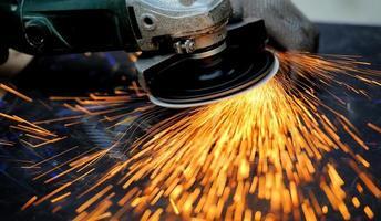 arbetare skärande metall med kvarn