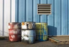 industriella trummar på 55 gallon foto