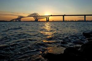tokyo gate bridge vid solnedgången foto