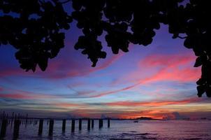 sichang ö silhuett med skymning himmel foto