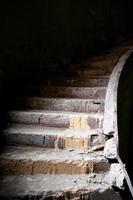gammal trasig trappa foto