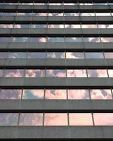 färgglad himmel på en grå byggnad foto