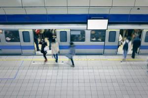 rörliga människor går in i vagnen på tunnelbanestationen foto