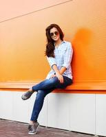sommar-, mode- och folkbegrepp - ganska europeisk kvinna foto
