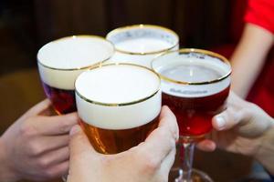 folk som rostar med en läcker pale ale-öl foto