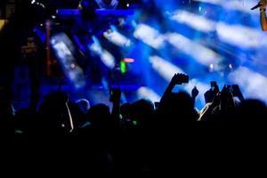 människor som tar fotografier med smart smarttelefon under en musik