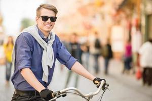 man med cykel foto