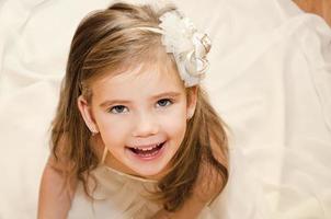 glad bedårande liten flicka i prinsessaklänning