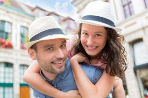 unga lyckliga par som har kul på semester