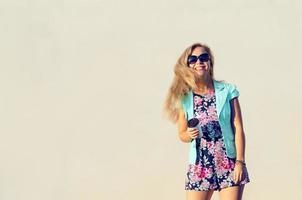 vacker flicka i fashionabla kläder foto