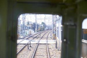 lång vy bakifrån av ett tåg. foto