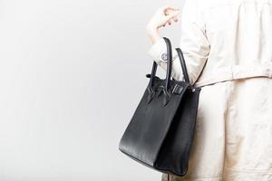 fashionabla kvinna med svart läderväska foto