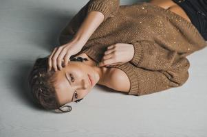 flickan ligger på ett golv foto