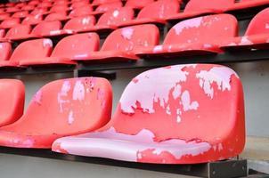 stolar röd på stadion foto