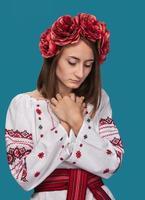 ung flicka i den ukrainska nationella dräkten