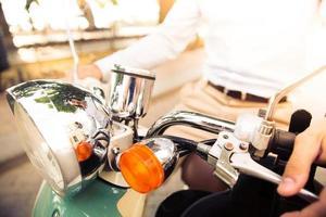 närbild porträtt av en man som rider på skoter foto