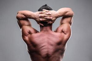 bakifrån av en muskulös man foto