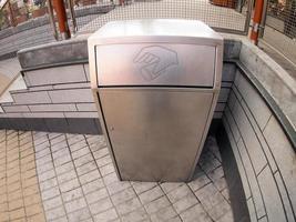 metallbehållare för skräp på gatan foto