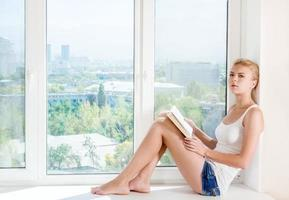 kvinna läste bok foto