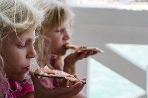 flickor med pizza foto