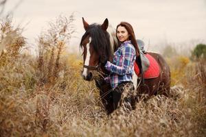 flicka med en häst foto