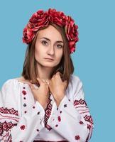 ung flicka i den ukrainska nationella dräkten foto