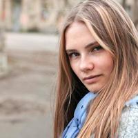 porträtt av en vacker flicka med fräknar foto