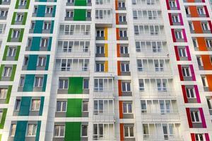 vackert modernt hus med färgglada fasader foto