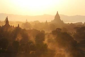 pagoder bland gyllene ljus foto