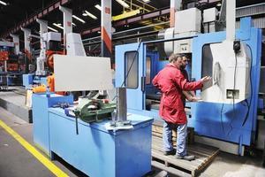 arbetar människor i fabriken foto