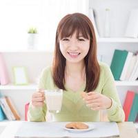 asiatiska människor äter frukost foto