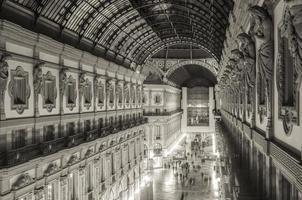 natt människor i galleria vittorio emanuele ii foto