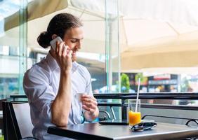 ung affärsman på ett kafé foto