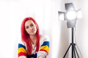 ung flicka i studio med blixt foto