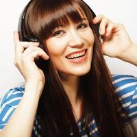 ung glad kvinna med hörlurar foto