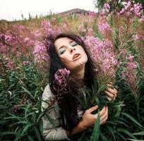 vacker flicka bland blommorna foto