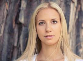 porträtt av den vackra unga kvinnan på blondin foto