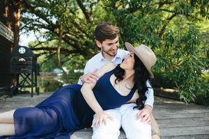 man och kvinna vid sjön foto
