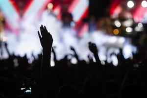 människor som tar fotografier med smart smarttelefon under en musik foto