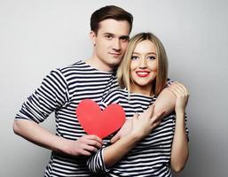 lyckliga par i kärlek som håller rött hjärta foto