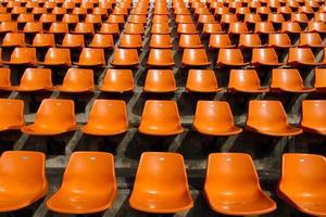 framför de orange sätena på stadion foto