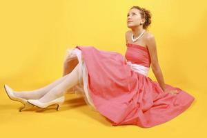 flicka i röd retro klänning foto