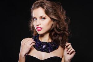 porträtt av en vacker brunettflicka med perfekt kvällsmärke foto