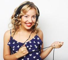 ung glad kvinna med hörlurar lyssnar musik foto