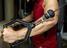 gym och fitness koncept - bodybuilder och hantel över svart foto