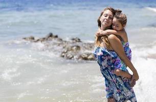 mamma och dotter på stranden