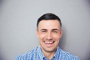 porträtt av en skrattande man foto